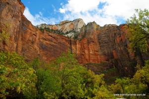 Gewaltige steile Wände aus Sandstein im Zion Nationalpark