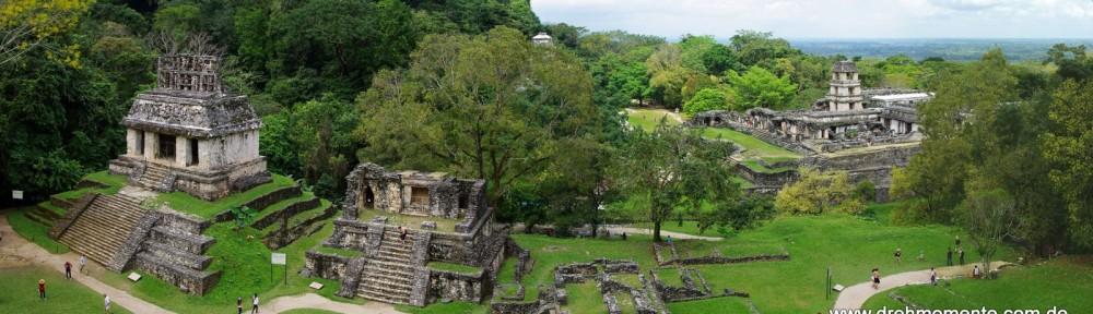 Ruinen von Palenque mit Sonnentempel und Palast (rechts)
